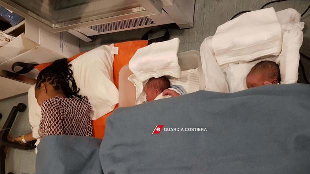 Fotografía facilitada por la Guardia Costera de Italia que muestra a una madres y sus bebés descansando tras ser rescatados en el Mar Mediterráneo