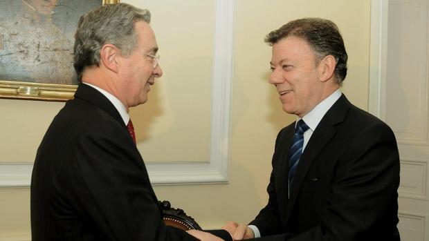 El expresidente colombiano Álvaro Uribe, con el actual mandatario, Juan Manuel Santos, en una foto de archivo