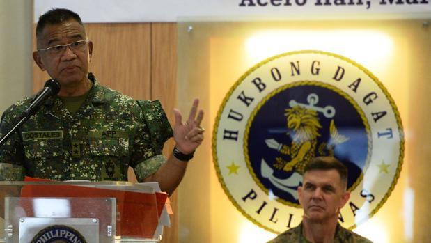 El comandante de los marines de Filipinas da un discurso en Manila en presencia de un alto mando estadounidense