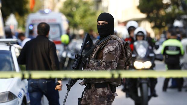 Miembros de las fuerzas especiales de Turquía montan guardia cerca del área donde se ha producido este jueves una explosión cerca de una comisaria de las afueras de Estambul