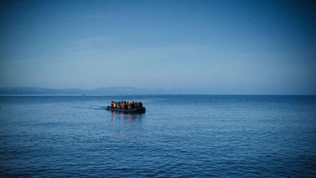 Una lancha cargada de inmigrantes se aproxima a la isla griega de Lesbos, en una imagen de archivo