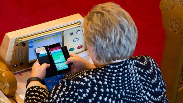 La primera ministra noruega juega a Pokémon Go durante un debate en el Parlamento