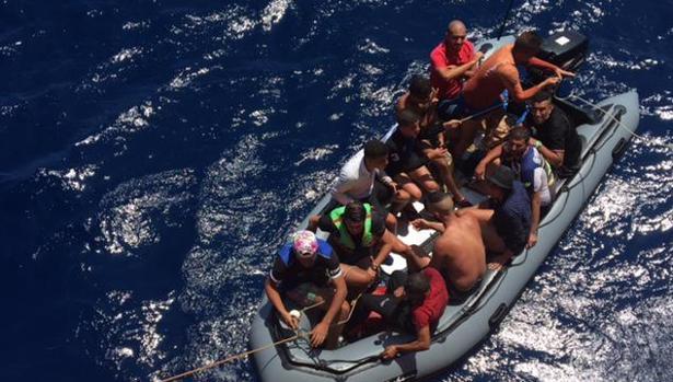 Patera con inmigrante interceptada en el Mediterráneo