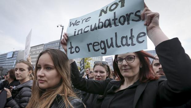 Las protestas de las mujeres frenan la prohibición total de aborto en Polonia