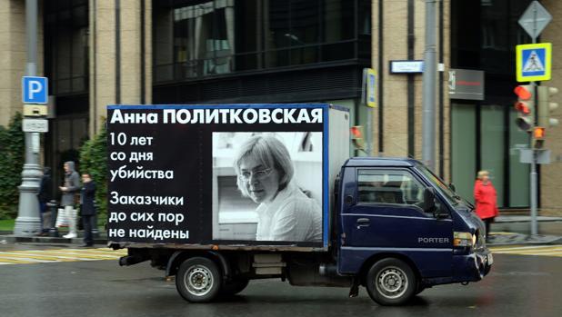 Furgonetas con el rostro de la reportera asesinada circulando por Moscú