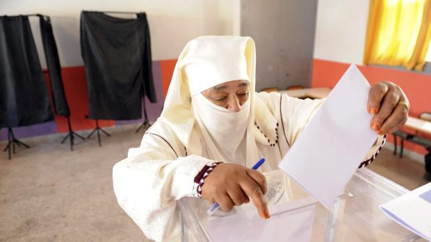 Marroquíes votan durante las elecciones legislativas en un colegio electoral en Rabat