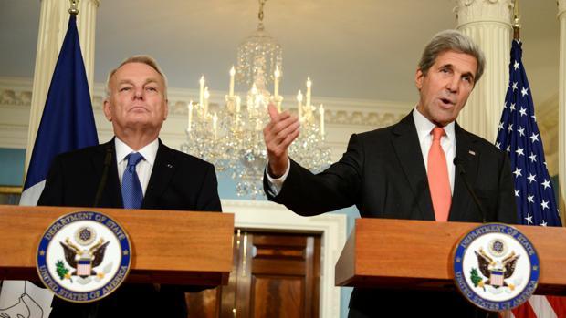John Kerry y su homólogo francés, Jean-Marc Ayrault (i), conversaron sobre la guerra en Siria este viernes en Washington