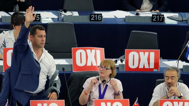 El eurodiputado de la UKIP Steven Woolfe vota en un pleno de la Eurocámara en Estrasburgo