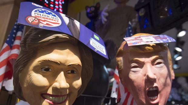 Caretas de Trump y Clinton para celebrar Halloween, coincidiendo con la celebración del segundo debate de las elecciones presidenciales