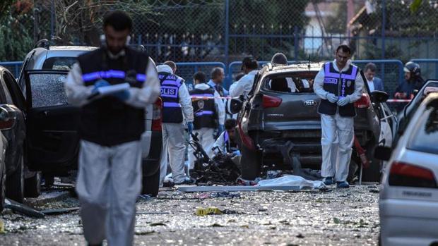 Agentes de policía tras la explosión de una bomba en Estambul esta semana