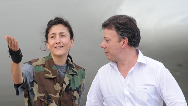Ingrid Betancourt con Juan Manuel Santos cuando fue liberada en 2008