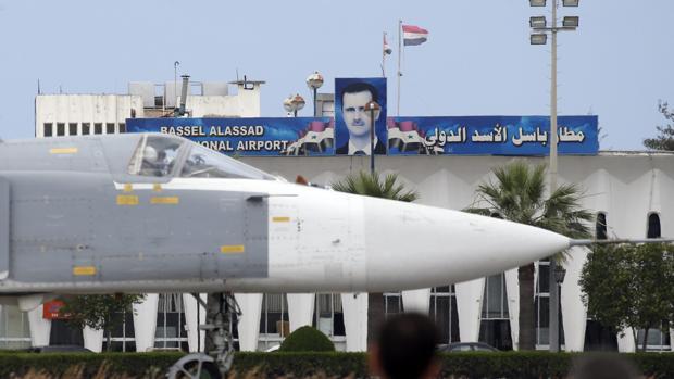 Un avión ruso modelo Su-24 en la base aérea de Hmeimym, en la provincia de Latakia