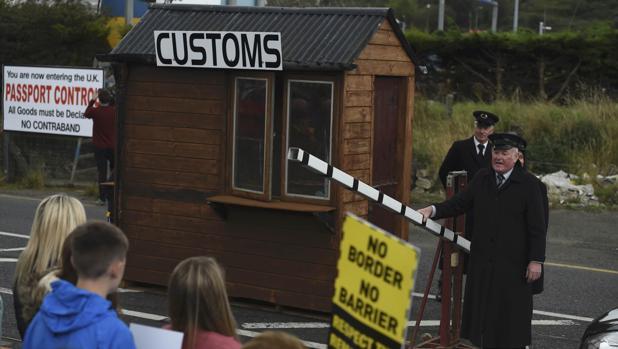 Opositores al Brexit se manifiestan este sábado en la localidad fronteriza de Carrickcarnon, Irlandas, donde levantaron un puesto fronterizo ficticio