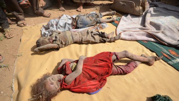 Cadáveres de niños en el sur de Saná (Yemen) tras un bombardeo de la coalición liderada por Arabia Saudí