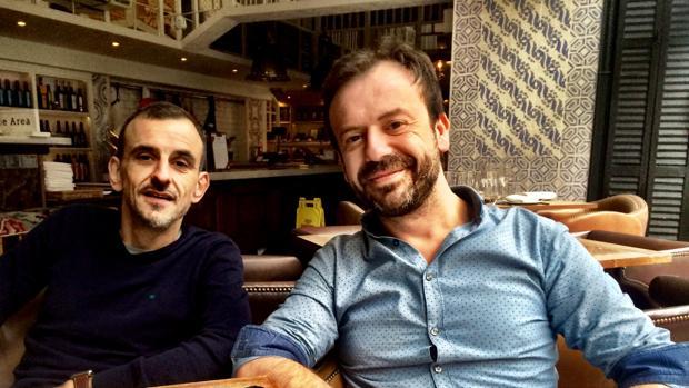 Marcos Fernández Pardo el chef Nacho Manzano, a la derecha, en su restaurante Ibérica del barrio londinense de Marylebone