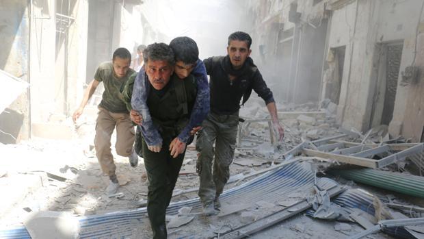 Ciudadanos de Alepo trasladan a un herido tras una ataque aéreo