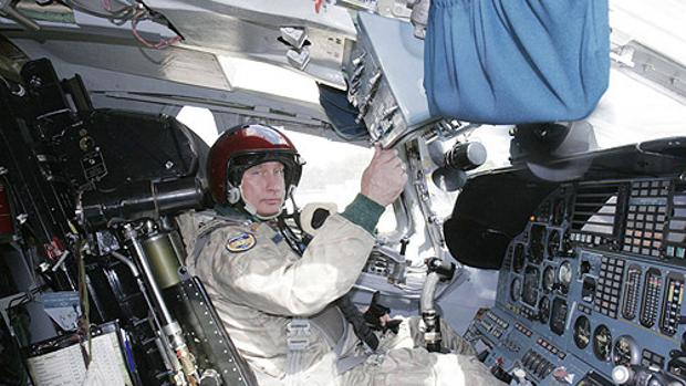 Vladimir Putin, dentro de un Tupolev-160, en agosto de 2005