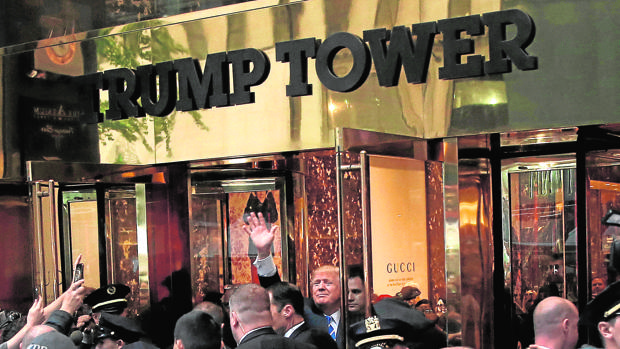 Donald Trump saluda a sus simpatizantes a la entrada de la «torre Trump»