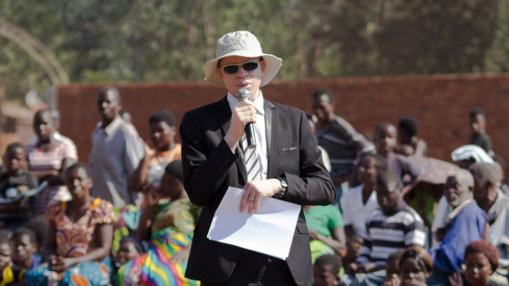 Boniface Ophiyah Massah, director de APAM, en una de sus charlas para sensibilizar a la población malauí acerca del albinismo