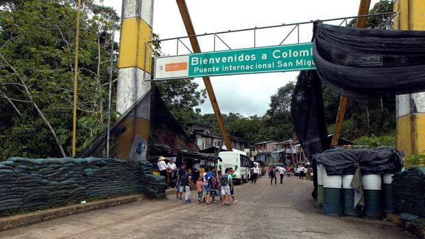 Varias personas caminan pot el puente fronterizo de San MIguel, que cruza el río El Putumayo