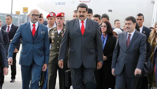 Nicolás Maduro, a su llegada este domingo al aeropuerto de Ataturk, en Estambul