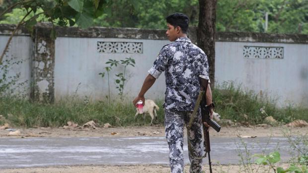 Un guardia de Myammar vigila la frontera con Bangladesh en una zona en la que se han registrado varios ataques insurgentes
