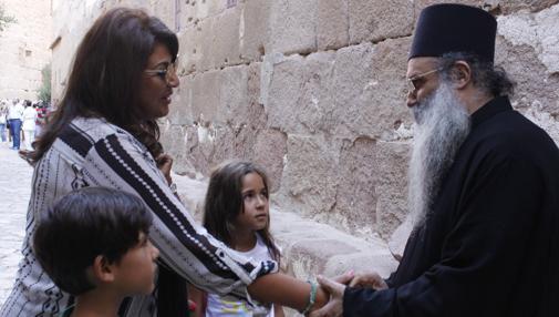 Arsenio, monje del monasterio de Santa Catalina, saluda a una cristiana egipcia y sus hijos