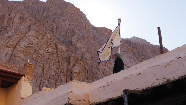 Un monje pasea por el monasterio de Santa Catalina, en el Sinaí