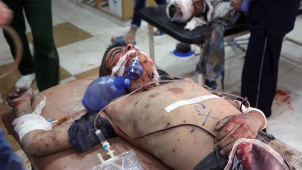 Un joven sirio espera asistencia sanitaria tras haber sido herido en un bombardeo de los aviones rusos