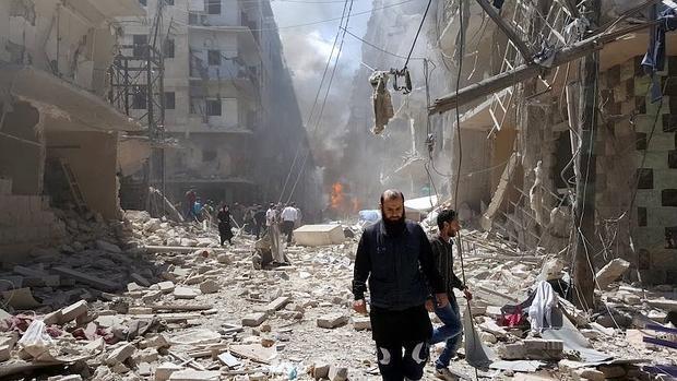 Calles destrozadas en la ciudad siria de Alepo tras unos ataques perpetrados el pasado mes de mayo