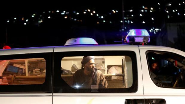 Un hombre afgano dentro de una ambulancia después del ataque en Kabul