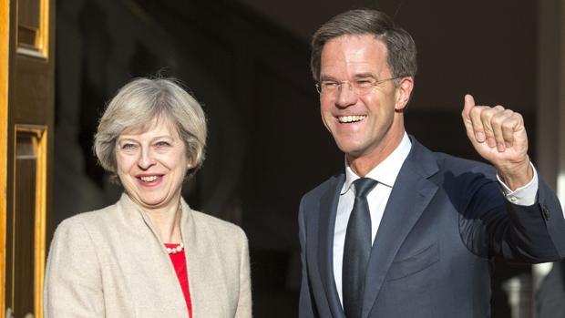 La primera ministra británica, Theresa May, y su homólogo holandes, Mark Rutte, durante una visita a La Haya este lunes