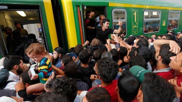 Refugiados en la estación de Budapest intentan subir a un tren para llegar a Austria