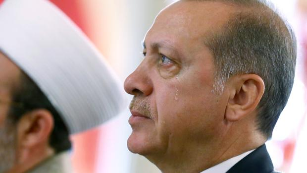 Erdogan llora durante la apertura de la reunión islamista en Ankara