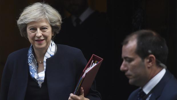 La primera ministra británica, Theresa May, hoy, a su salida de su residencia en el número 10 de Downing street