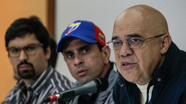 El secretario general de la Mesa de la Unidad (MUD), Jesús Chuo Torrealba (d), habla junto al gobernador del estado Miranda, Henrique Capriles (c) y el diputado Freddy Guevara