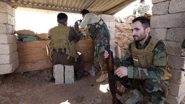 Combatientes kurdo-iraquíes de las fuerzas militares de Peshmerga de la ciudad de Basheqa
