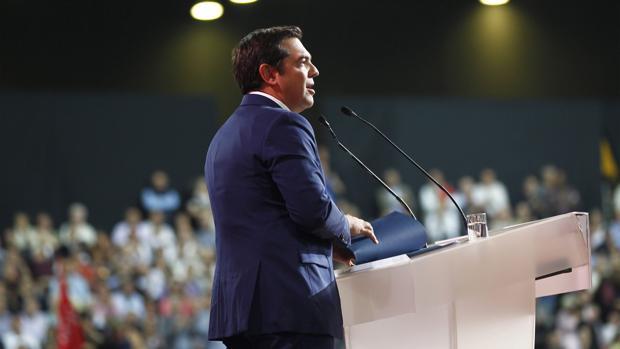 El primer ministro griego, Alexis Tsipras, se dirige a sus simpatizantes durante el segundo congreso del Partido Syriza en Atenas