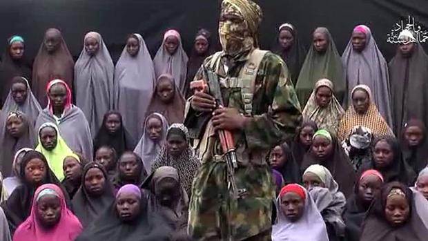 Un terrorista de Boko Haram junto a un grupo de niñas secuestradas en Chibok