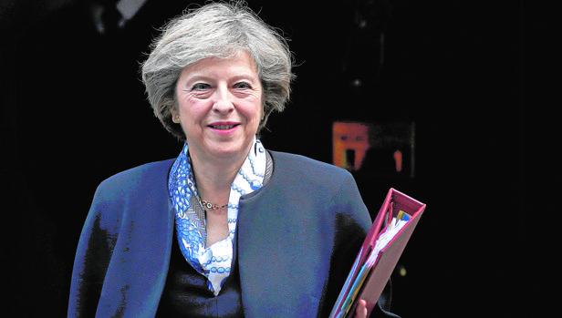 Theresa May sale ayer del Parlamento para dirigiirse a su domiciio