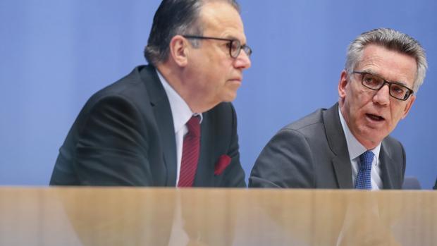 El director de la Oficina Federal de la Migración y de los Refugiados de Alemania (BAMF), Frank-Jürgen Weise (i), y el ministro del Interior alemán, Thomas de Maiziere, ayer, durante una rueda de prensa