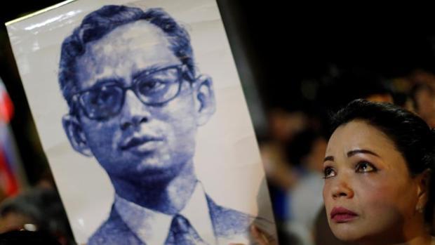 Una tailandesa llora la muerte de Bhumibol Adulyadej, Rey de Tailandia fallecido hoy 13 de octubre