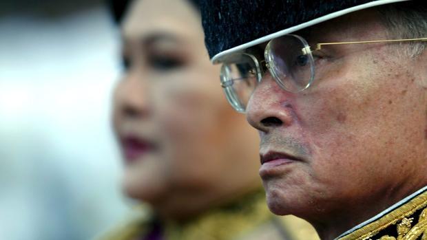 El rey de Tailandia, junto a su esposa, en una imagen de 2015