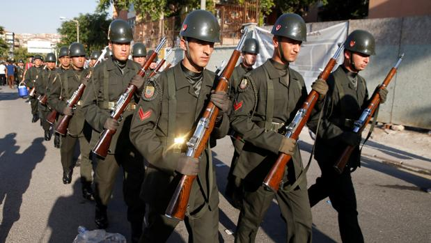 Militares turcos desfilan por las calles de Ankara