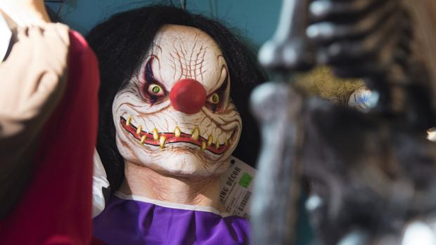Máscara de payaso diabólico en una tienda de disfraces de «Halloween» en Arlington, Virginia