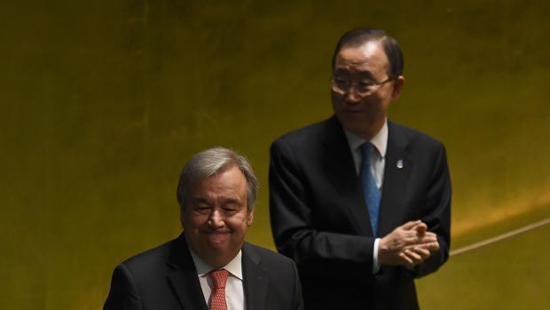 Guterres, ante la Asamblea General junto a su predecesor, Ban Ki-moon