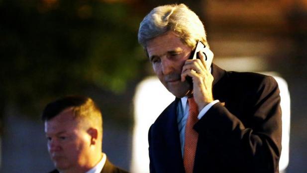 John Kerry habla por teléfono durante la nueva ronda de negociaciones
