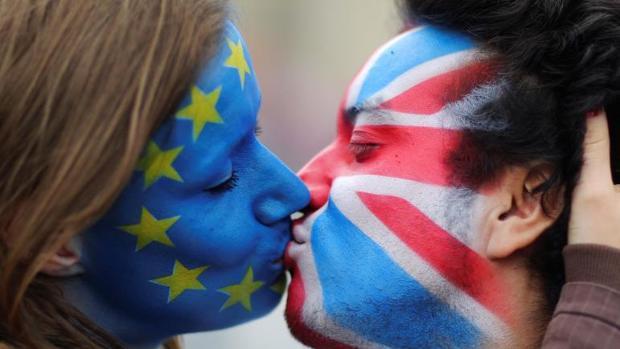 Imagen de archivo de una pareja de activistas por la permanecia de Reino Unido en la UE se besan