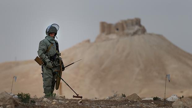 Un oficial ruso en las inmediaciones de Palmira, Siria, en una imagen distribuida por el Ministerio de Defensa ruso