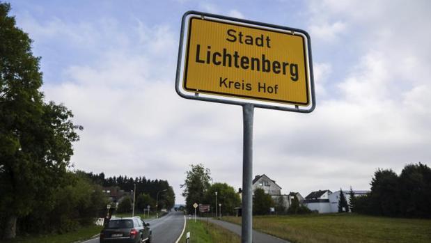Vista del cartel de la ciudad natal de la niña Peggy, desaparecida en 2001 cuando tenía nueve años, en Lichtenberg, Alemani